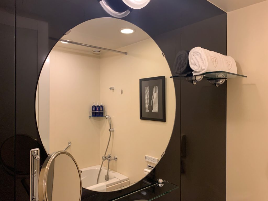 ザ ロイヤルパークホテル アイコニック 東京汐留のエコノミーダブルルームのバスルームの洗面台