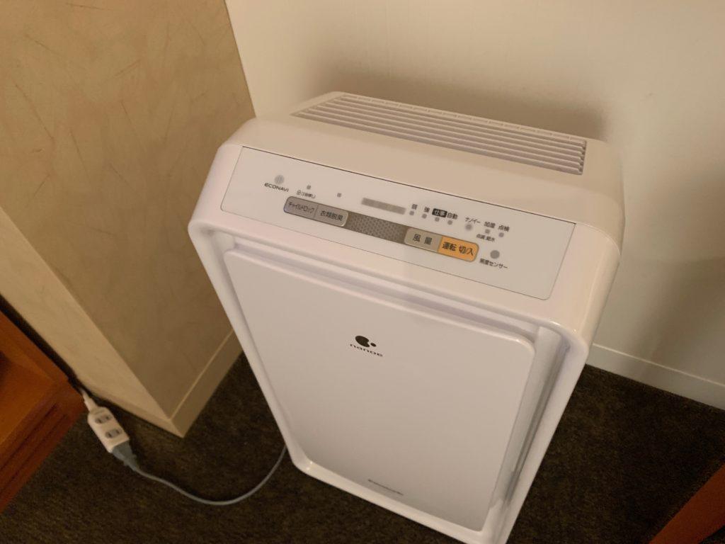 ザ ロイヤルパークホテル アイコニック 東京汐留のエコノミーダブルルームのデスクスペースにある加湿器