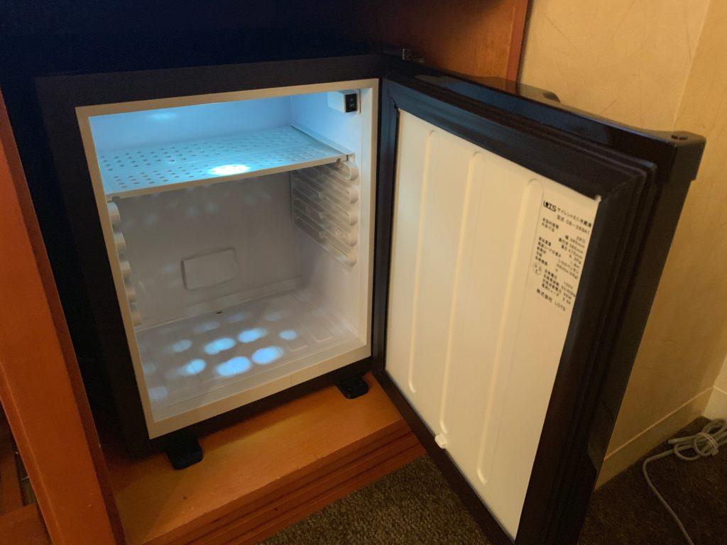 ザ ロイヤルパークホテル アイコニック 東京汐留のエコノミーダブルルームのデスクスペースにある冷蔵庫