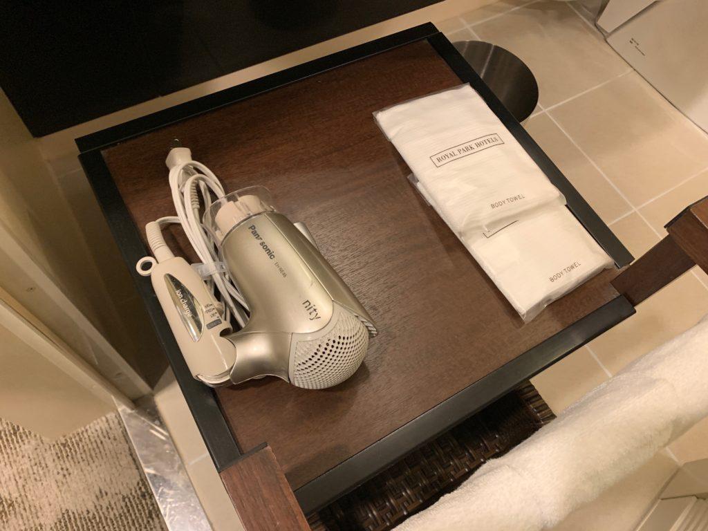 ザ ロイヤルパークホテル アイコニック 東京汐留のエコノミーダブルルームのバスルームのバスラック