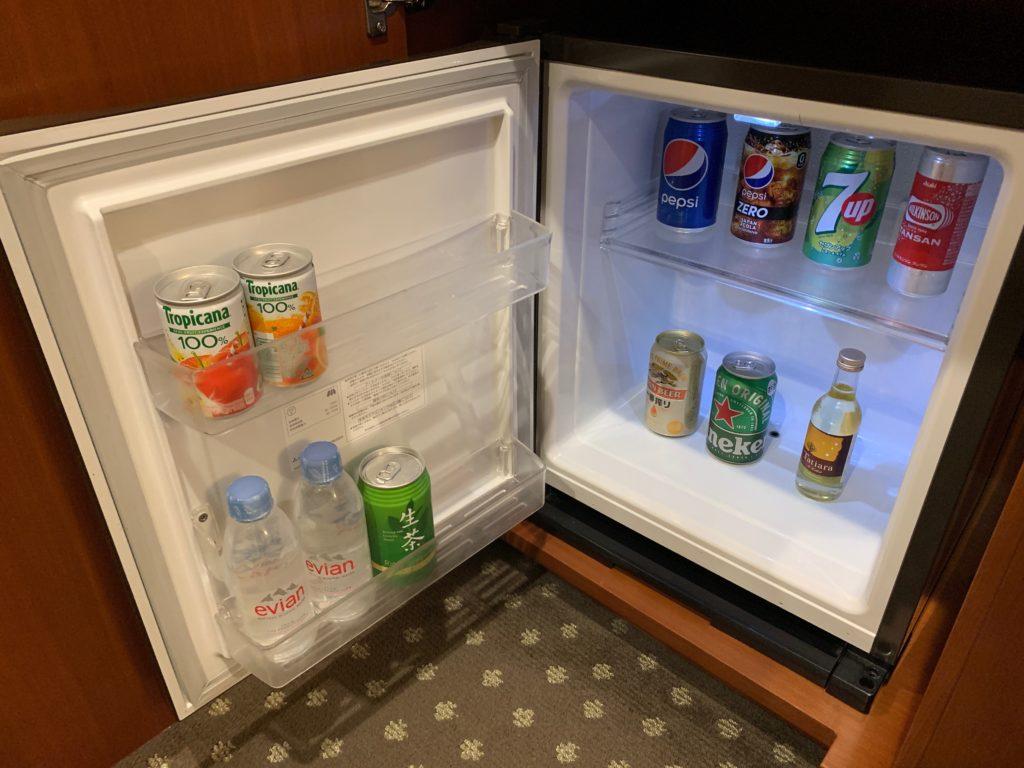 横浜ベイシェラトンホテル&タワーズのスタンダードダブルルームの冷蔵庫