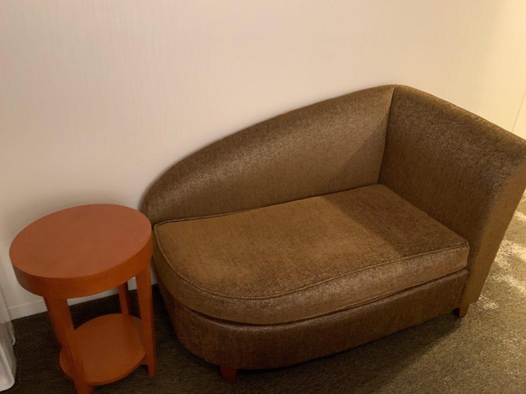 ザ ロイヤルパークホテル アイコニック 東京汐留のエコノミーダブルルームのソファー