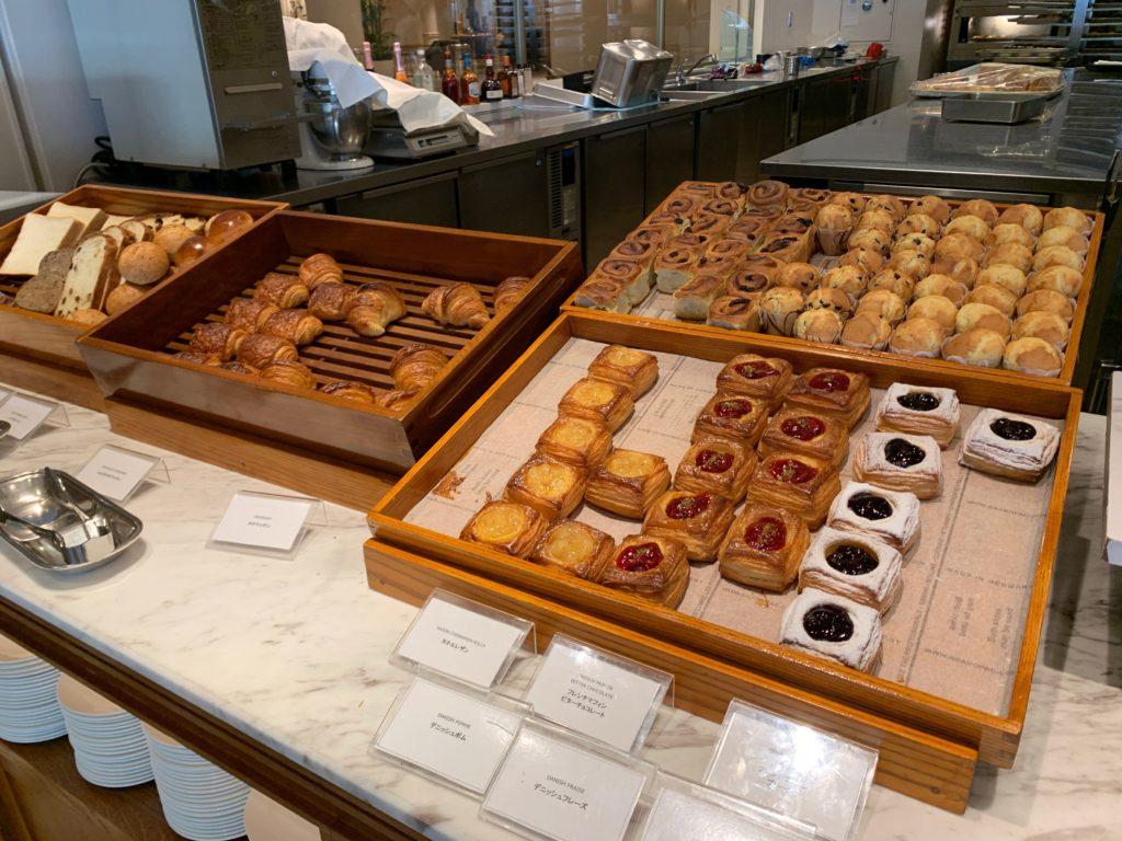 ヨコハマ グランド インターコンチネンタル ホテルの朝食レストラン「オーシャンテラス」のパンコーナー