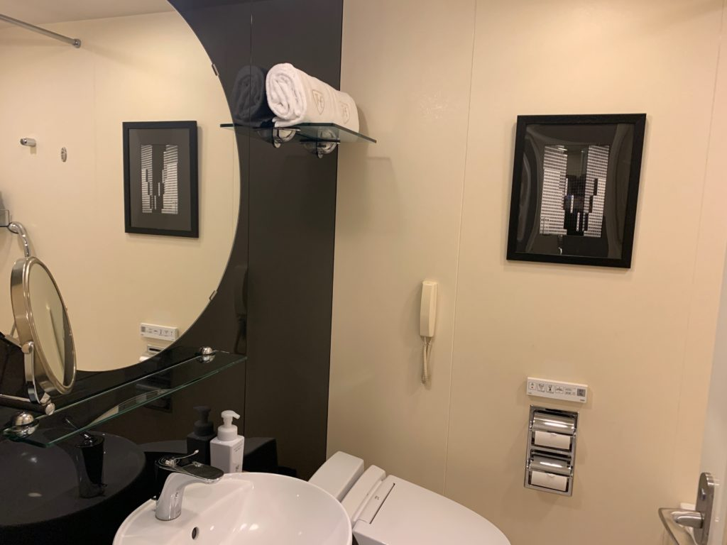 ザ ロイヤルパークホテル アイコニック 東京汐留のエコノミーダブルルームのバスルーム