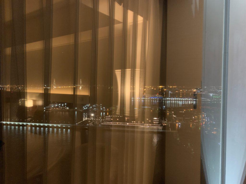 ヨコハマ グランド インターコンチネンタル ホテルのデラックスツインルームから見た眺望(ベイブリッジ)