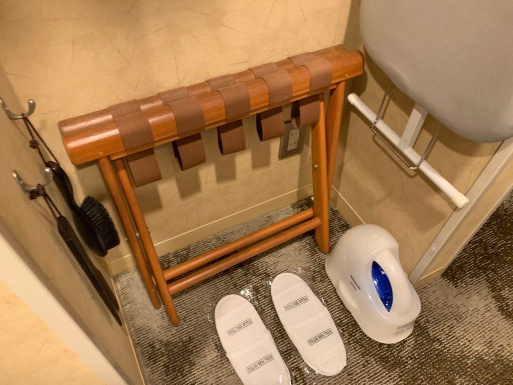 ザ ロイヤルパークホテル アイコニック 東京汐留のエコノミーダブルルームのデスクスペースのクローゼット