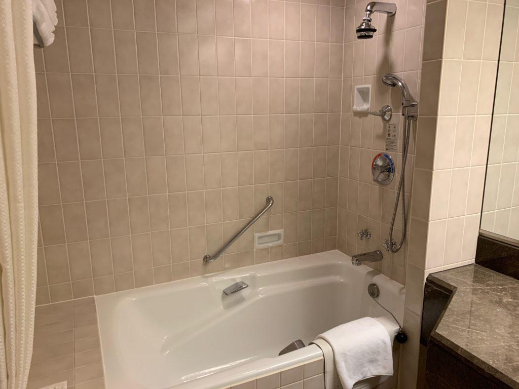 ヨコハマ グランド インターコンチネンタル ホテルのデラックスツインルームのバスタブ