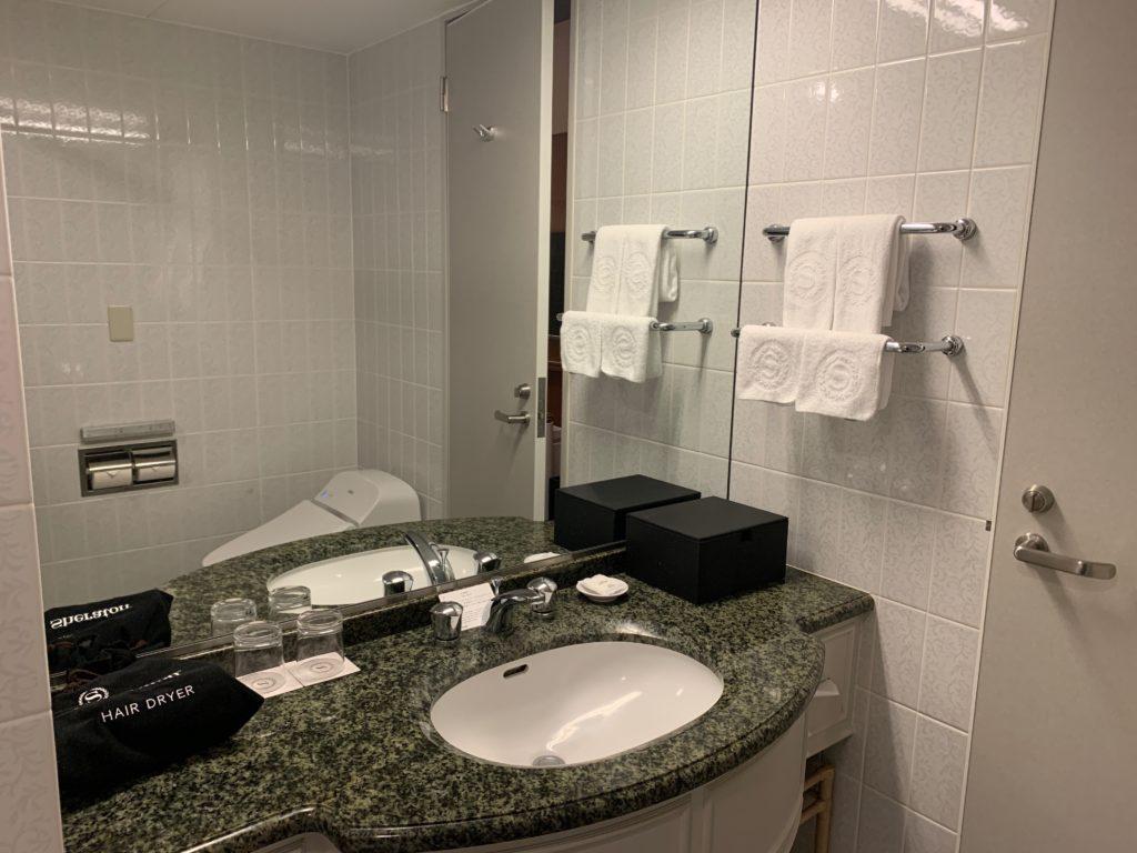 横浜ベイシェラトンホテル&タワーズのスタンダードダブルルームのバスルームの洗面台