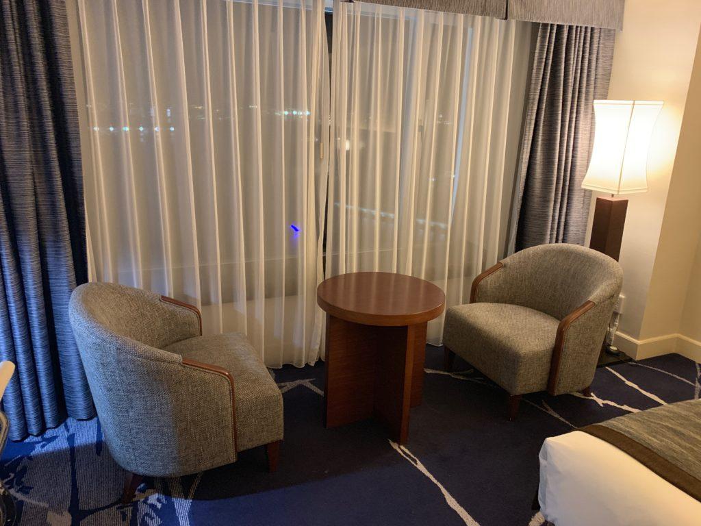ヨコハマ グランド インターコンチネンタル ホテルのデラックスツインルームのソファスペース
