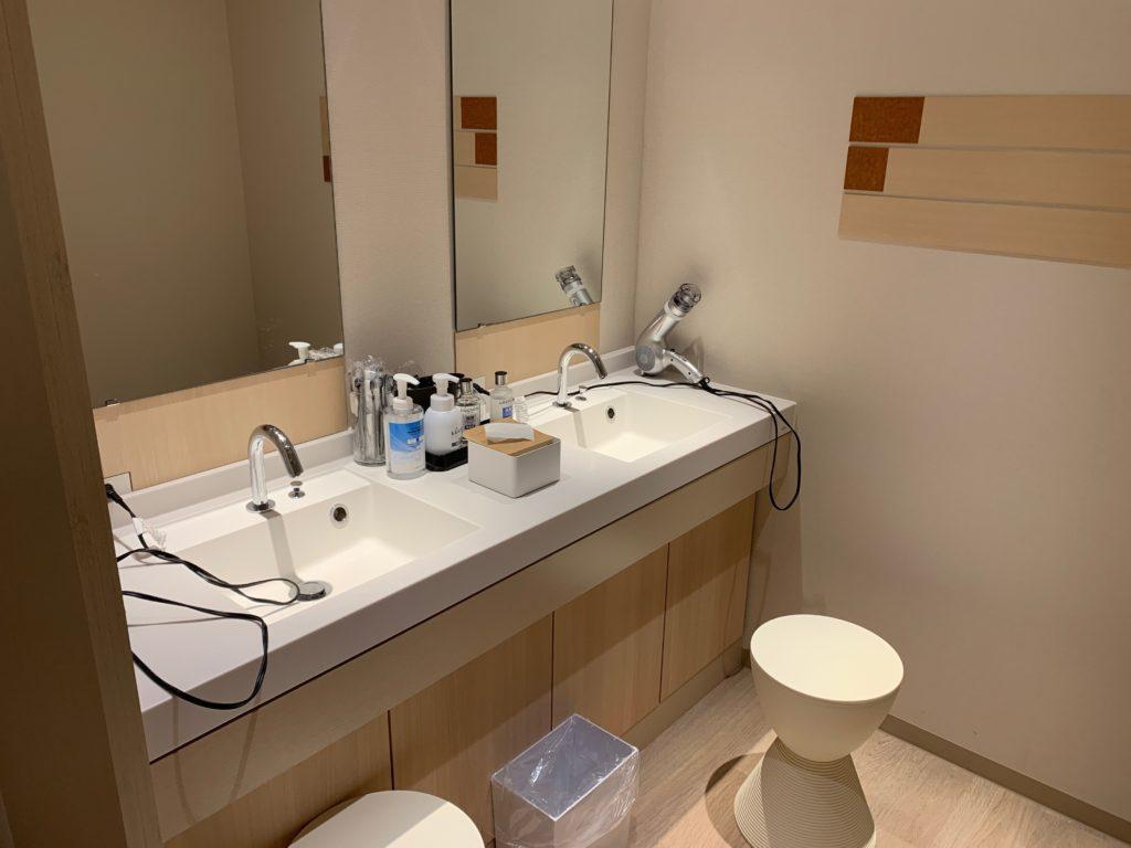 銀座  露天の湯  日和ホテル東京銀座EASTの大浴場の洗面台