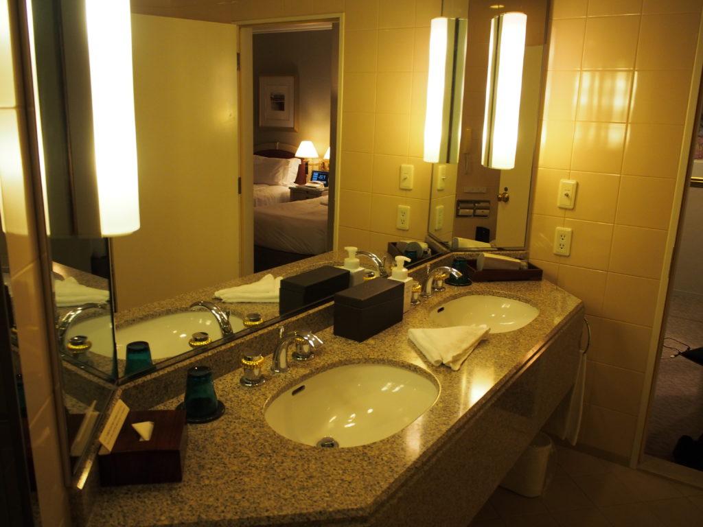 横浜ロイヤルパークホテル『コーナーツインルーム』のバスルーム