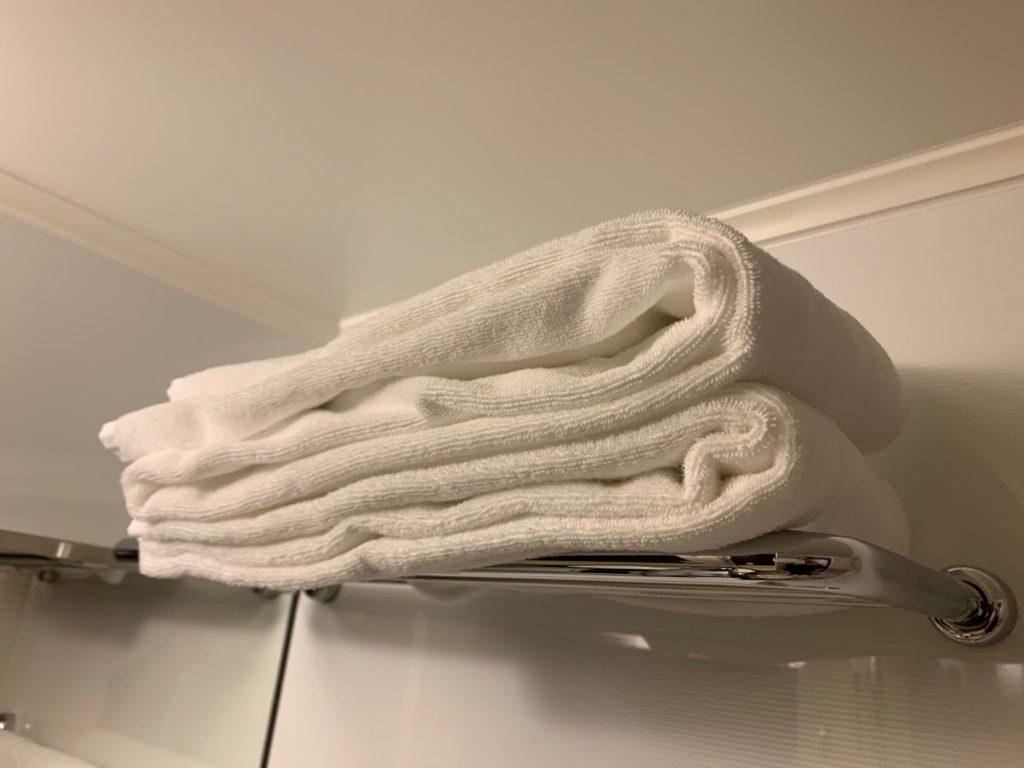 赤坂エクセルホテル東急のスーペリアダブル客室のバスルーム内のバスタオル