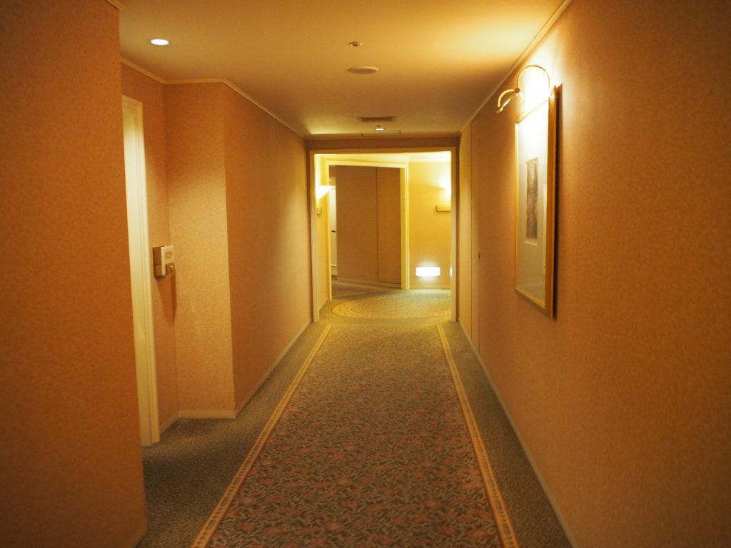 横浜ロイヤルパークホテルの客室フロアの通路
