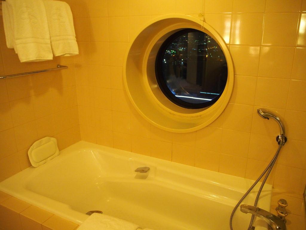 横浜ロイヤルパークホテル『コーナーツインルーム』のビューバス