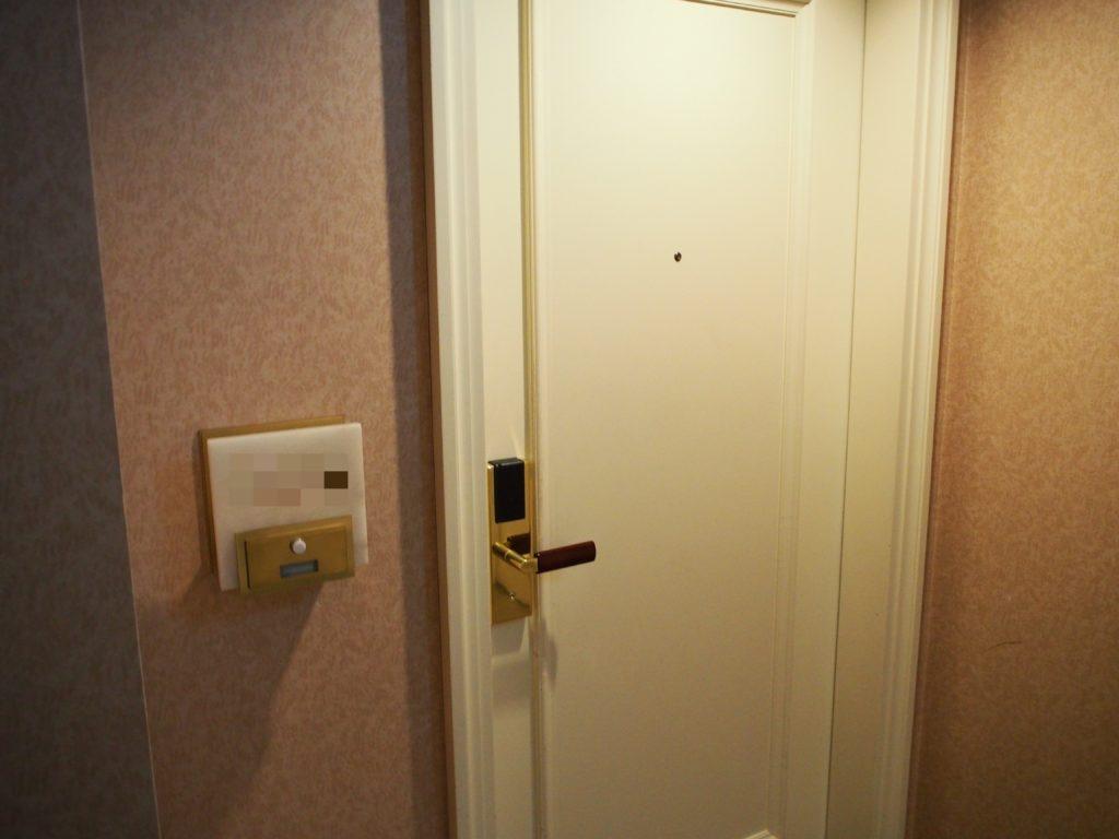 横浜ロイヤルパークホテル『コーナーツインルーム』の客室入口