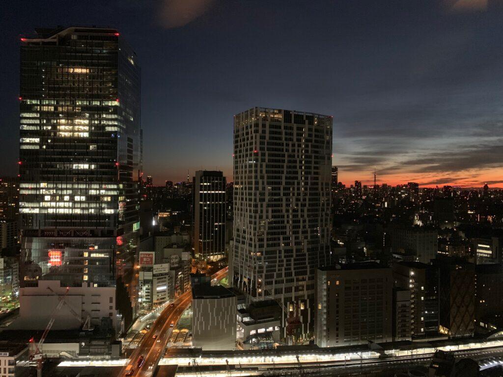 セルリアンタワー東急ホテルのコーナーキングルームから眺める朝焼け