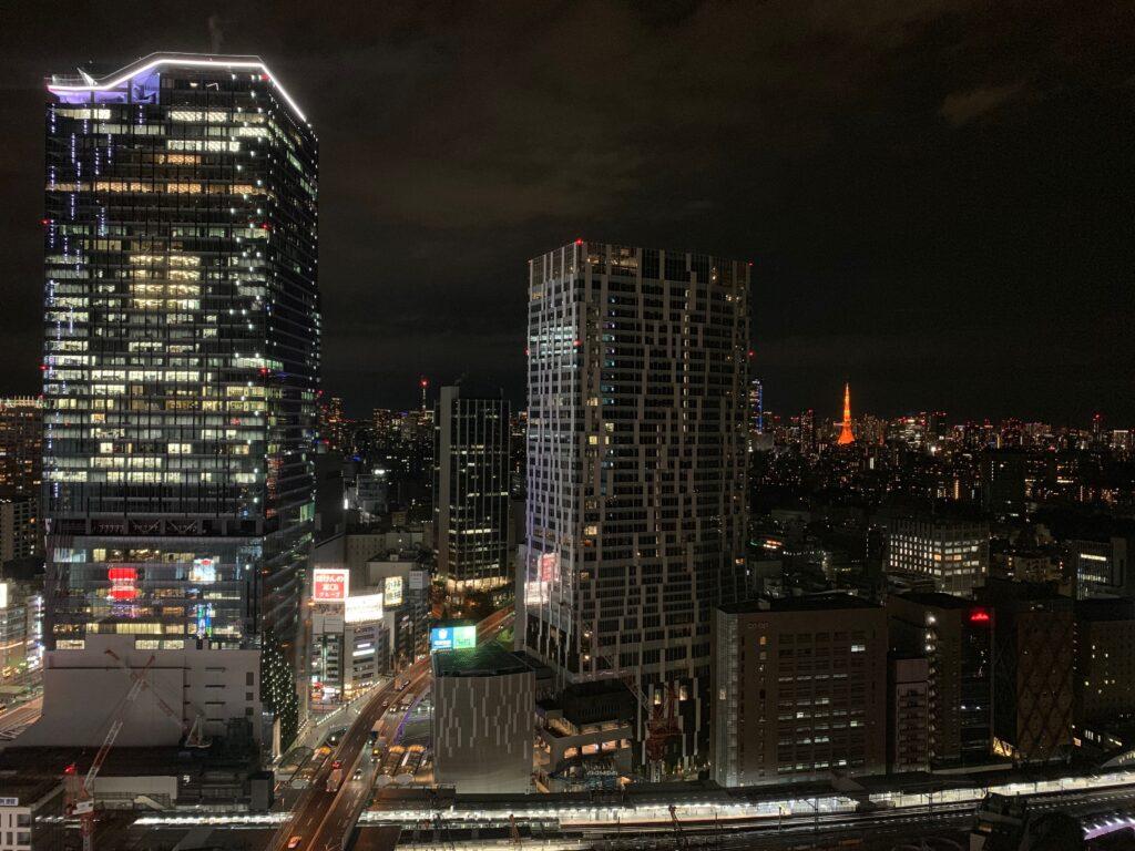 セルリアンタワー東急ホテルのコーナーキングルームから眺める夜景(東京タワー方面)