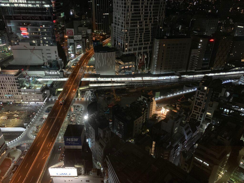 セルリアンタワー東急ホテルのコーナーキングルームから眺める夜景