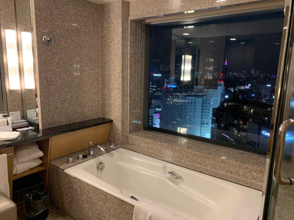 セルリアンタワー東急ホテルのコーナーキングルームのビューバス