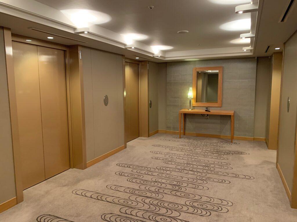 セルリアンタワー東急ホテルの宿泊フロアのエレベーターホール