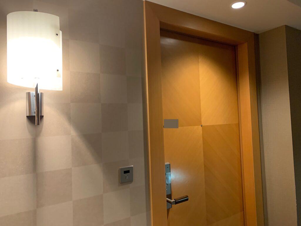 セルリアンタワー東急ホテルのコーナーキングルーム客室入り口