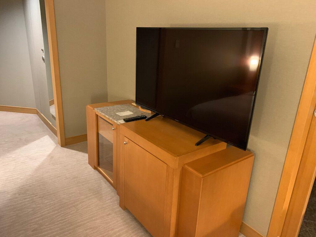 セルリアンタワー東急ホテルのコーナーキングルームのテレビ
