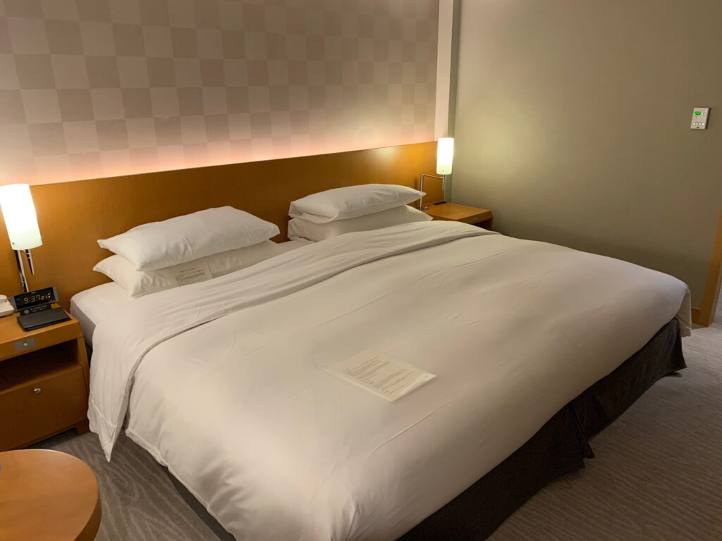 セルリアンタワー東急ホテルのコーナーキングルームのキングサイズベッド