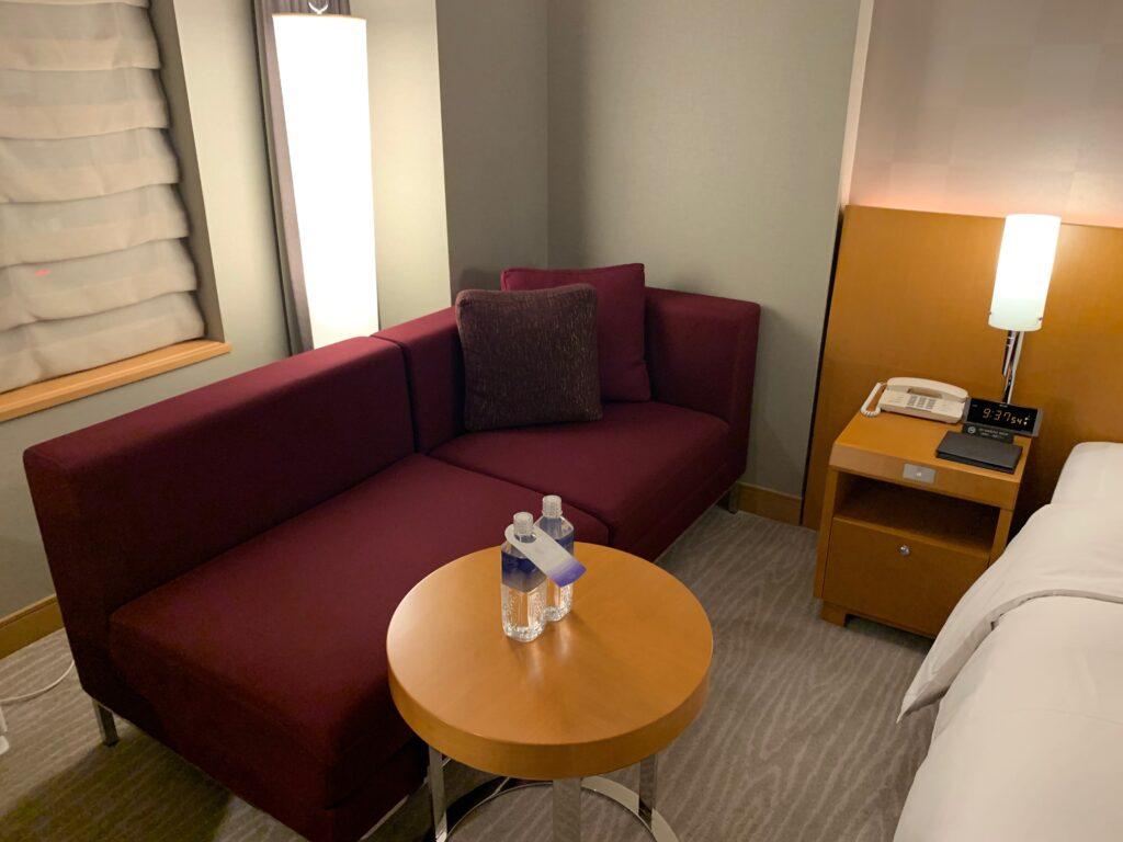 セルリアンタワー東急ホテルのコーナーキングルームのソファー