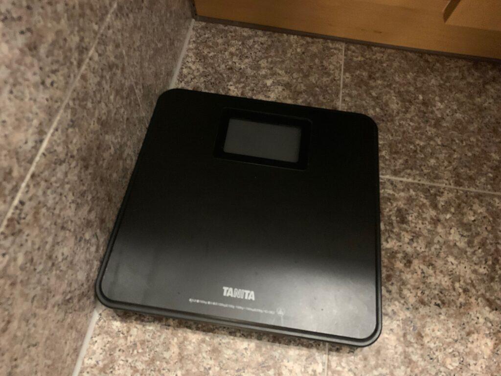 セルリアンタワー東急ホテルのコーナーキングルームのビューバスの体重計