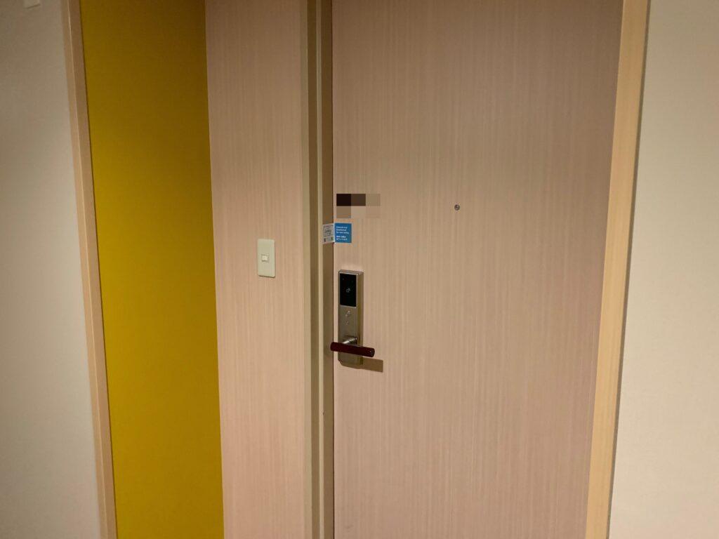 新宿プリンスホテル『デラックスダブル(30.6㎡)』の入り口