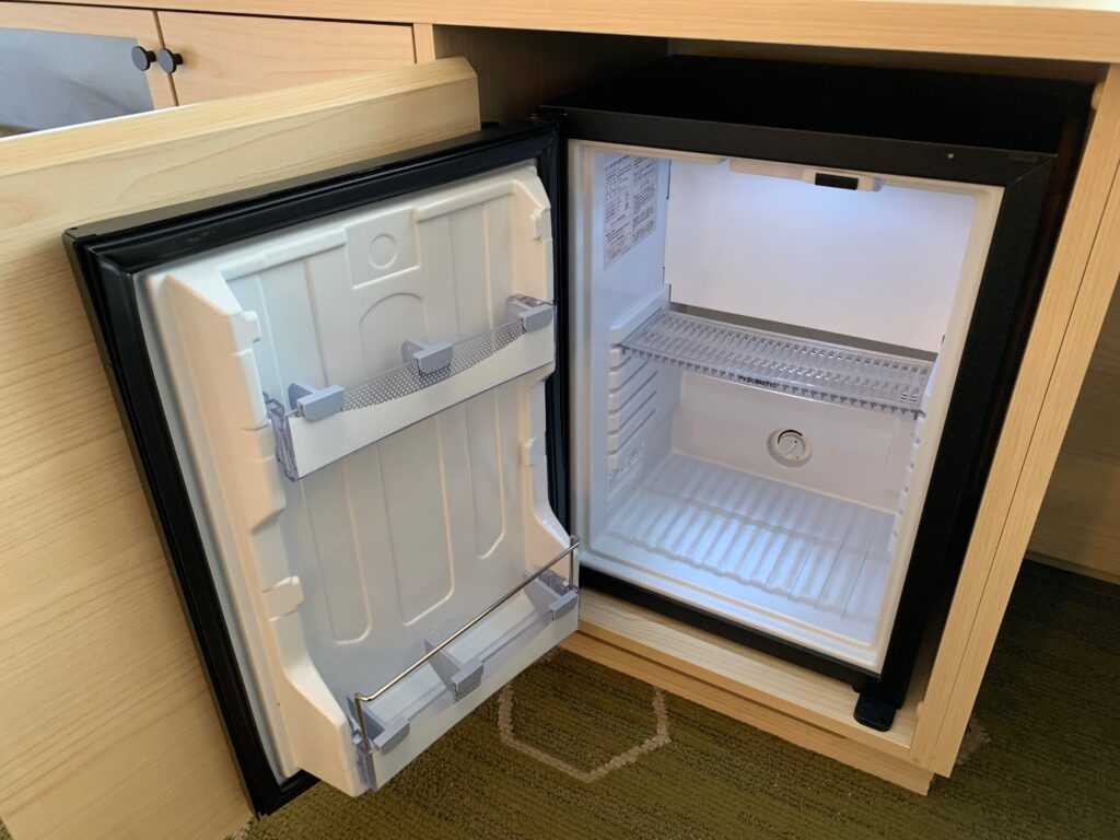 新宿プリンスホテル『デラックスダブル(30.6㎡)』の冷蔵庫