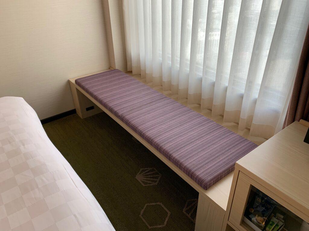 新宿プリンスホテル『デラックスダブル(30.6㎡)』のソファスペース