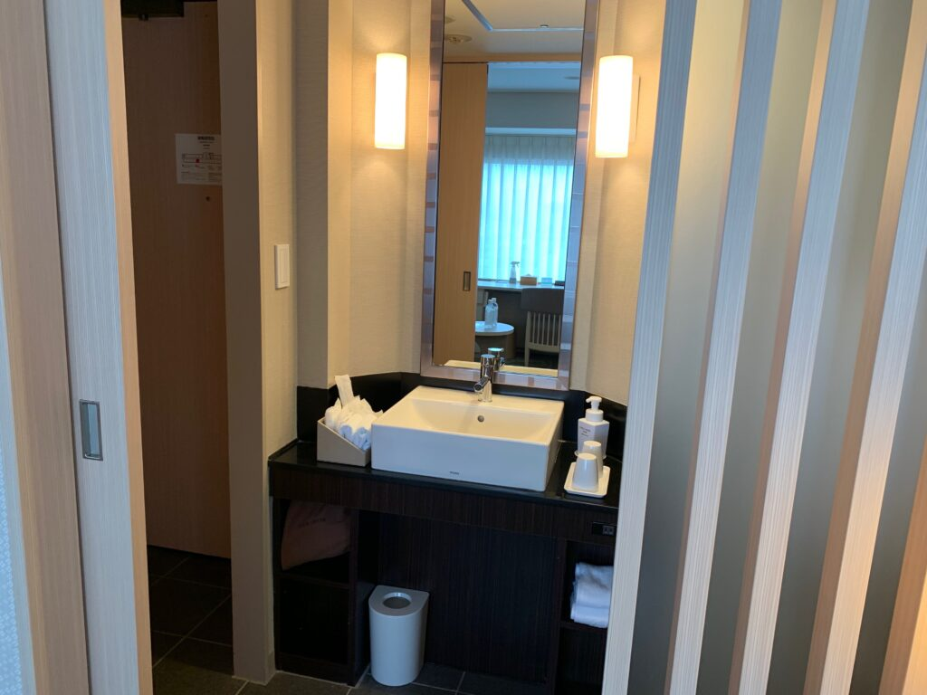 新宿プリンスホテル『デラックスダブル(30.6㎡)』の独立洗面台